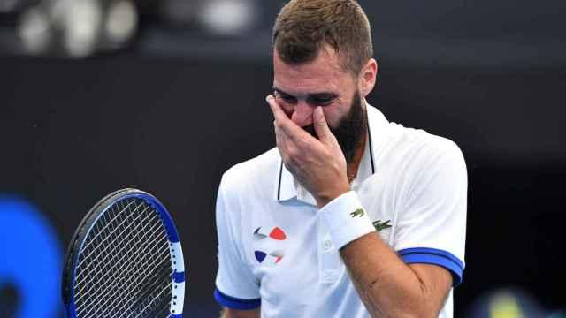 Benoit Paire se tapa la cara en un partido de tenis