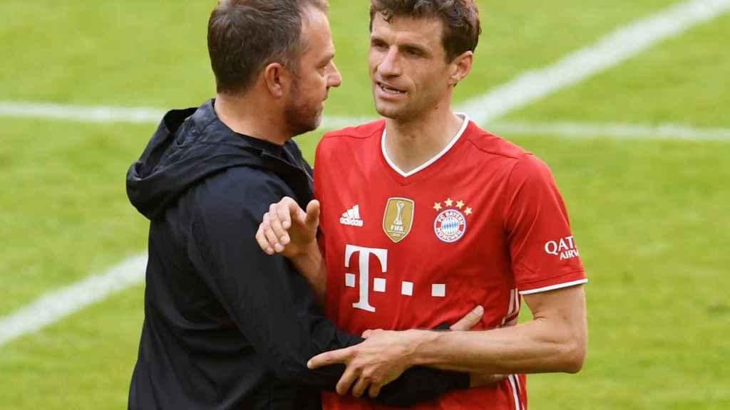 Hansi Flick junto a Thomas Müller, en un partido del Bayern Múnich