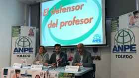 Ramón Izquierdo, presidente de ANPE CLM (en el centro), junto a Pilar Sánchez Vázquez, responsable del servicio del Defensor del Profesor en ANPE-CLM, y Manuel Tébar Martínez, secretario de Comunicación