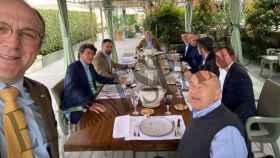 Santiago Abascal, líder de Vox, comiendo con los principales agentes del campo murciano.
