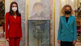 La reina Letizia (i) y la presidenta del Congreso, Meritxell Batet (d) posan junto a un busto de Clara Campoamor.
