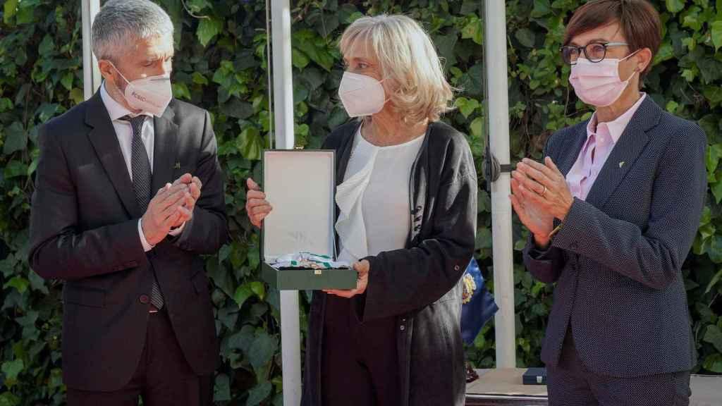 El ministro del Interior, Fernando Grande-Marlaska (i) entrega a Pilar Goya, viuda del homenajeado, la Medalla de Oro al Mérito Policial y de la Gran Cruz del Mérito de la Guardia Civil a título póstumo a Alfredo Pérez Rubalcaba.