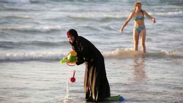 Una mujer musulmana se baña con el hiyab en la playa en Tel Aviv, en una imagen de archivo.