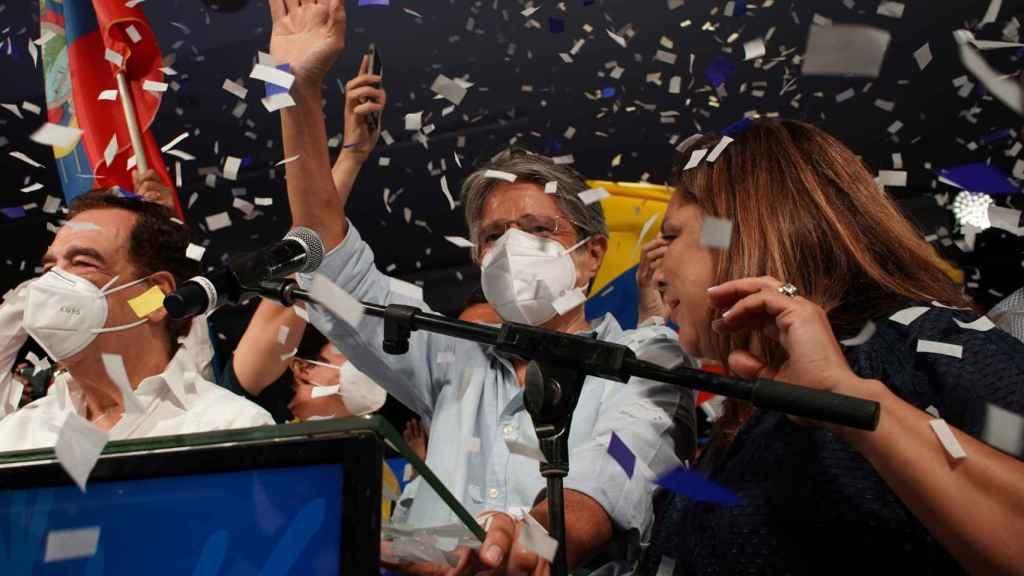 Guillermo Lasso, nuevo presidente de Ecuador, celebrando la victoria.