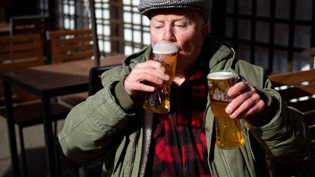John Witts bebe cerveza en el pub Figure of Eight, en Birmingham.