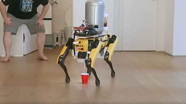 El perro robot de Boston Dynamics, sirviendo cerveza
