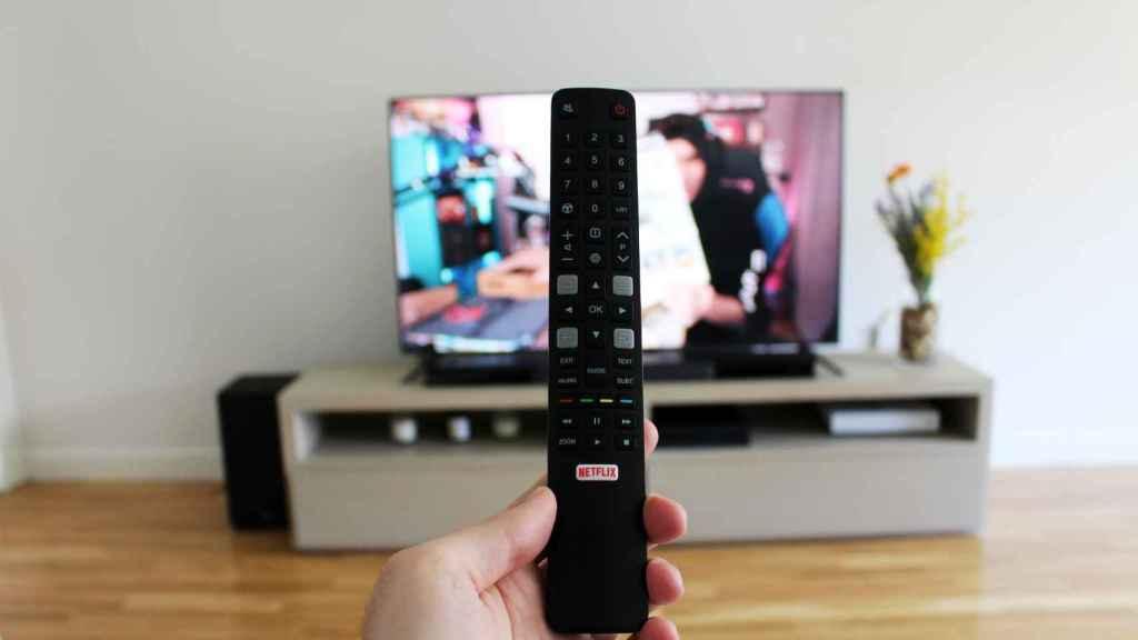 Así es el mando del televisor C71 de TCL.