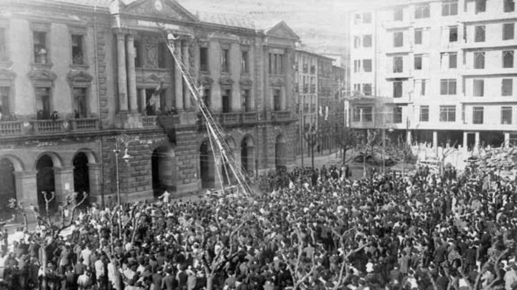 Cambio de la placa de Plaza de Alfonso XIII por Plaza de la República .