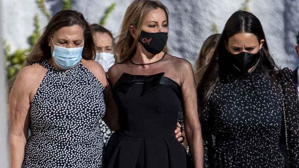 La actriz Ana García Obregón con su hermana Celia y Carolina Monje durante el funeral de Álex Lequio en Alcobendas.
