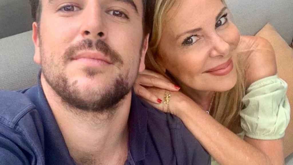 Álex Lequio en una imagen de sus redes sociales junto a su madre, Ana García Obregón.