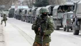 Un militar ruso en la frontera con Ucrania.