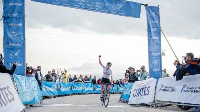 Tadej Pogacar celebra su triunfo en la subida a la Sierra de Bernia en la Volta a la Comunitat Valenciana de 2020