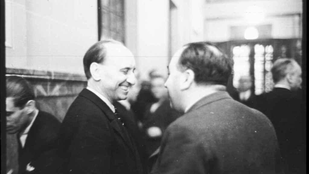 José María Gil Robles y Santiago Casares Quiroga hablando en los pasillos del Congreso.