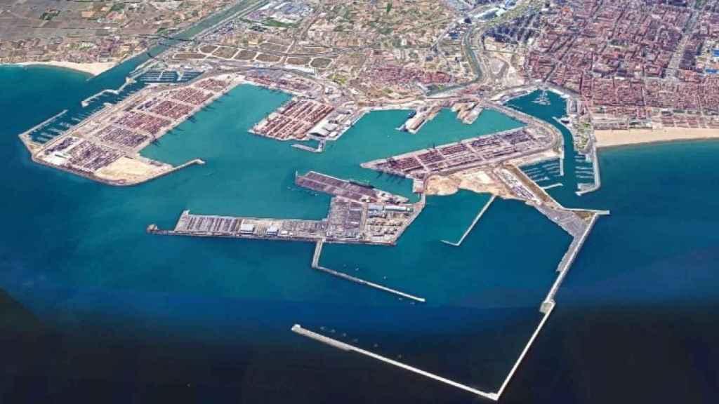 Vista aérea del Puerto de Valencia. A la derecha, el dique de abrigo ya construido que plantea deshacer González Pons. EE