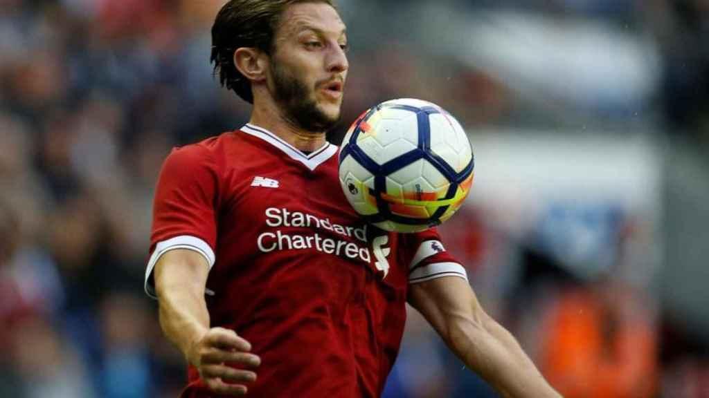 Lallana controlando el balón durante un partido del Liverpool