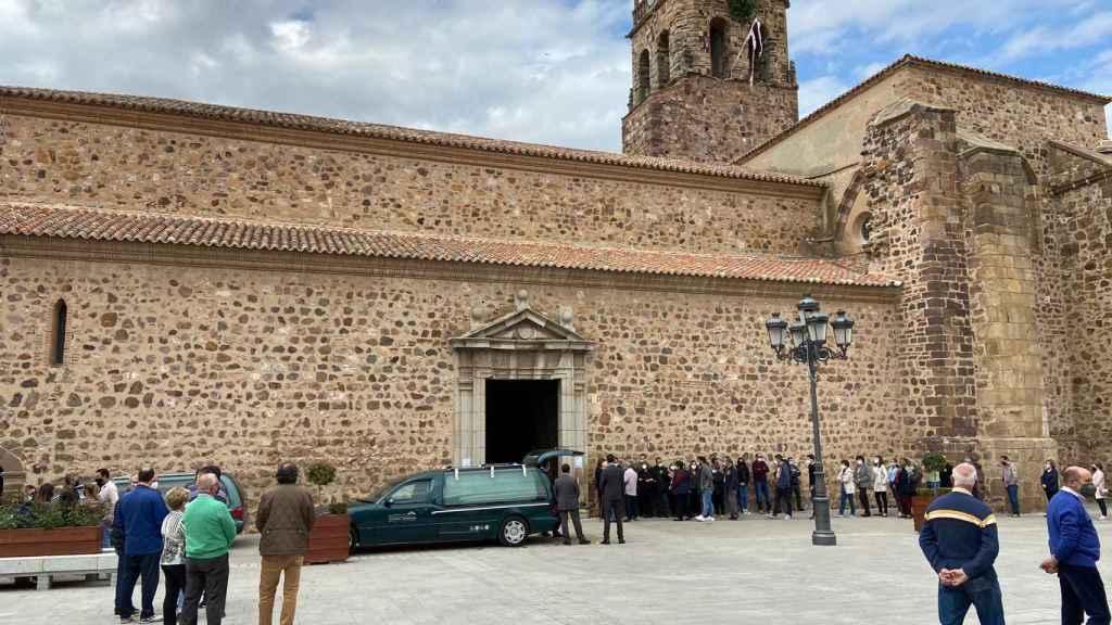 Funeral por Mario, muerto tras recibir la vacuna de AstraZeneca.