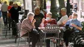 Gente en la terraza de un bar, uno de los negocios que entran en el primer paquete de ayudas.