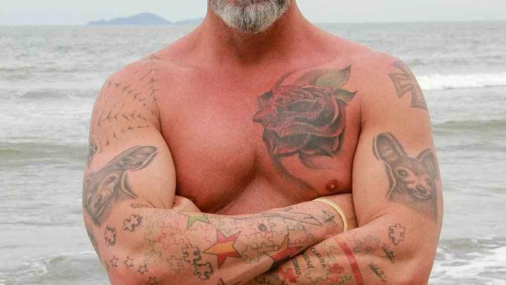 Supervivientes 2021: Piden la expulsión de Carlos Alba por lucir tatuajes nazis.