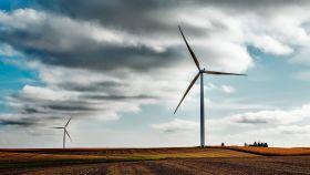 Una imagen muestra generadores de energía eólica.