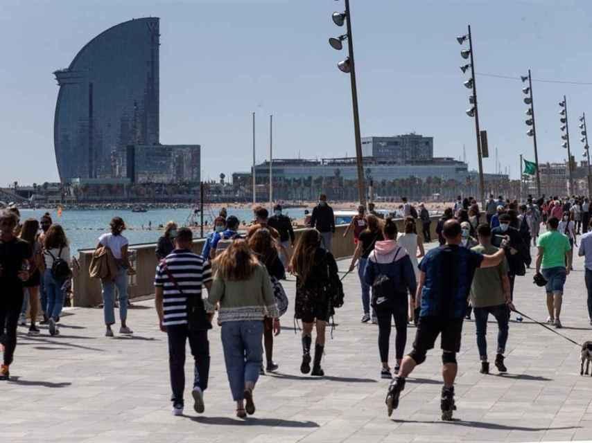Vista de la playa de la Barceloneta en Barcelona, este sábado.