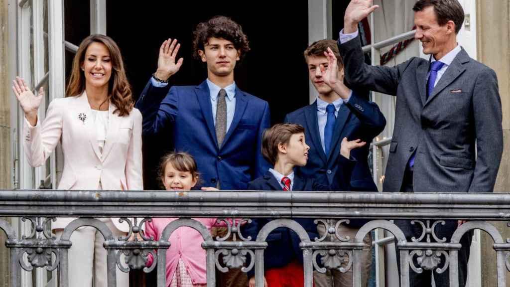 Joaquín de Dinamarca, junto a su mujer y sus hijos.