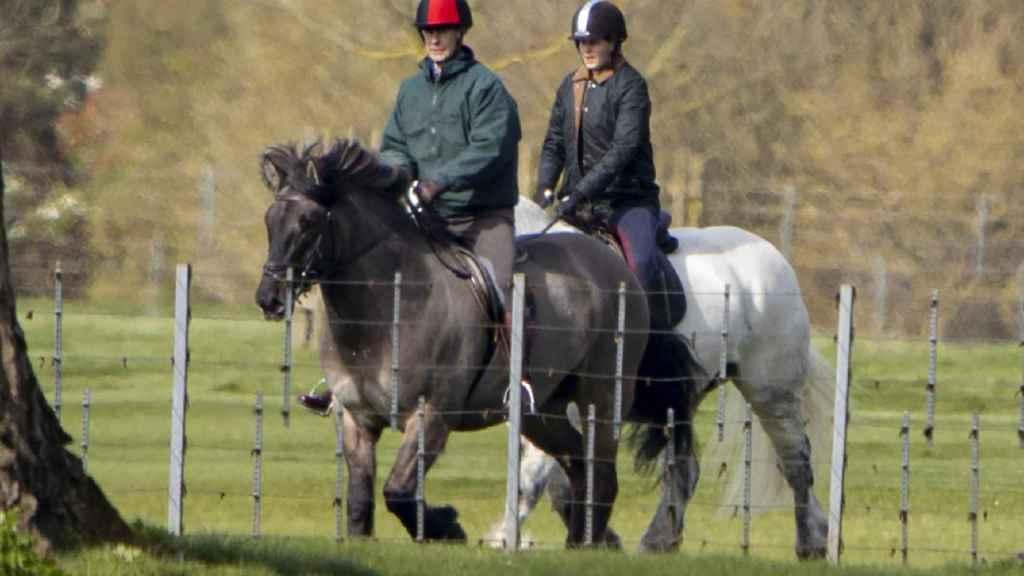 Louise montando caballo junto a su padre, el príncipe Eduardo.