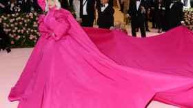 Lady Gaga lleva un espectacular vestido de noche rosa EN la Met Gala 2019 en Nueva York.