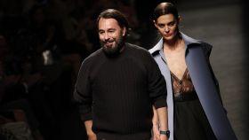 Juanjo Oliva y una de sus modelos en uno de sus últimos desfiles.