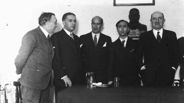 José Calvo Sotelo (segundo por la izquierda), acompañado de Ramiro de Maeztu y Víctor Pradera en un acto de Acción Española.