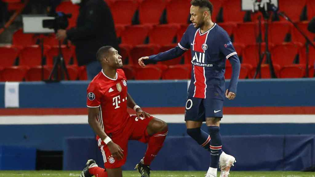 David Alaba, arrodillado, y Neymar Júnior tras el partido de la Champions