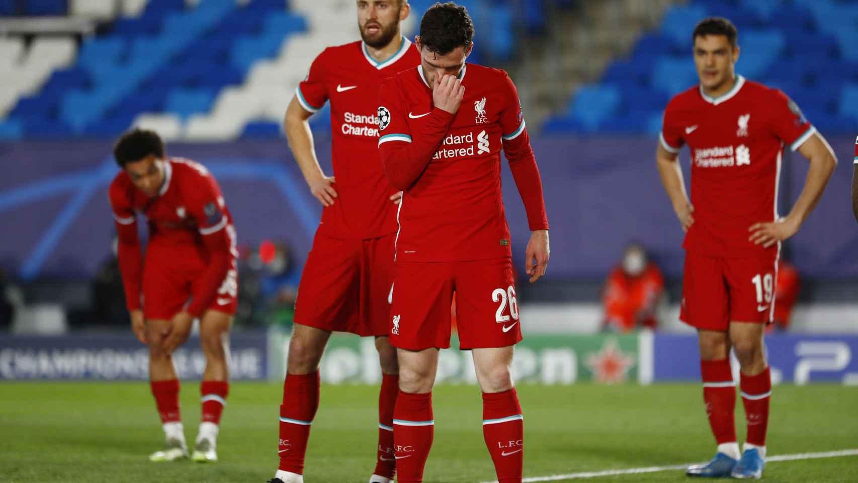 Andrew Robertson y sus compañeros del Liverpool en el Alfredo Di Stéfano
