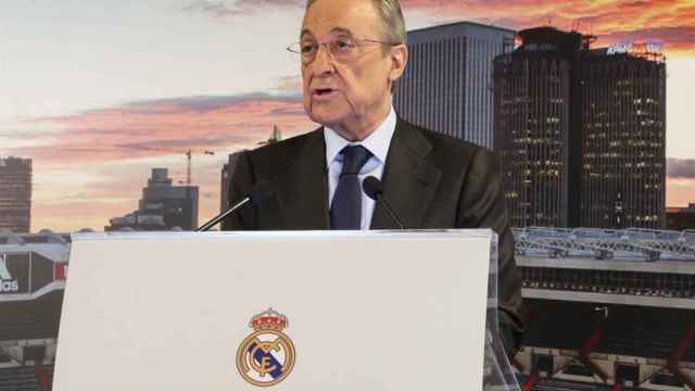 Florentino Pérez, presidente del Real Madrid, hablando sobre un atril