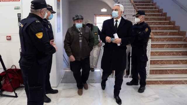 Jose Luis Iranzo Balaguer (c), padre del ganadero asesinado por Igor el Ruso, antes de prestar declaración.