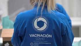 Una enfermera prepara una dosis de la vacuna de Pfizer en el pabellón de Expocoruña en La Coruña.