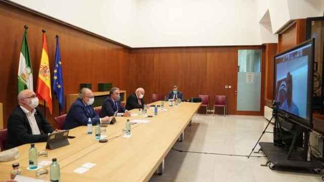 Los consejeros de Presidencia y de Salud, Elías Bendodo y Jesús Aguirre, en una reunión con representantes de la vacuna rusa Sputnik.
