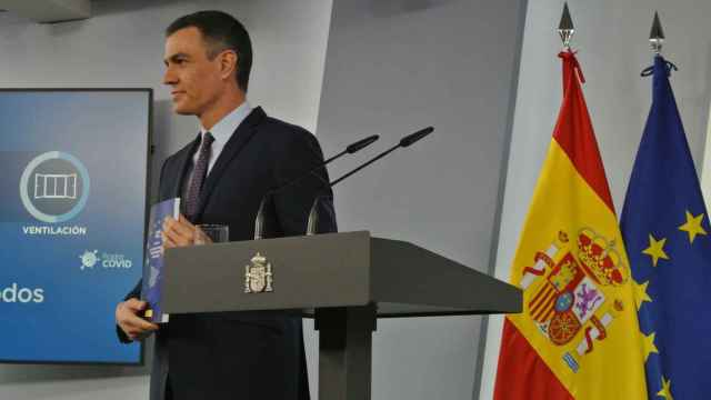 Pedro Sánchez posa con el documento del Plan de Recuperación en la sala de prensa de Moncloa.
