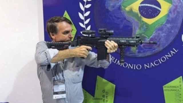 Bolsonaro con una arma en una foto de archivo.