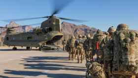 Tropas norteamericanas se suben a un helicóptero.