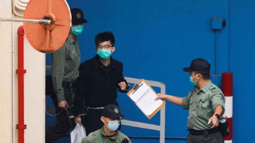 El activista hongkonés Joshua Wong, de camino al tribunal.