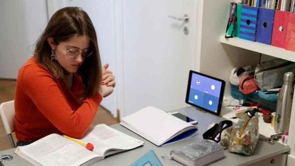 Una estudiante italiana durante sus clases online.