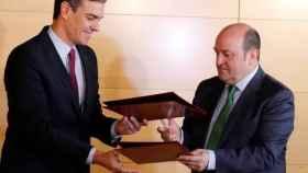 Pedro Sánchez y el presidente del PNV, Andoni Ortuzar, firman el acuerdo de investidura.