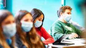 Varios estudiantes durante una clase en la universidad.