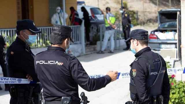 La Policía Nacional en el cortijo de Motril en el que han sucedido los hechos.