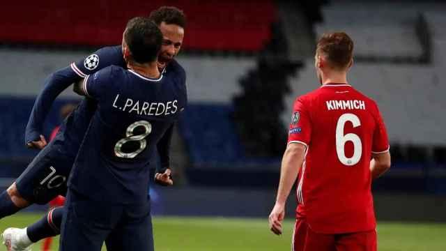 Neymar Jr. y Leandro Paredes abrazándose delante de Joshua Kimmich