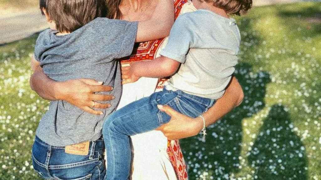 Sara con sus hijo en brazos en una imagen de redes sociales.
