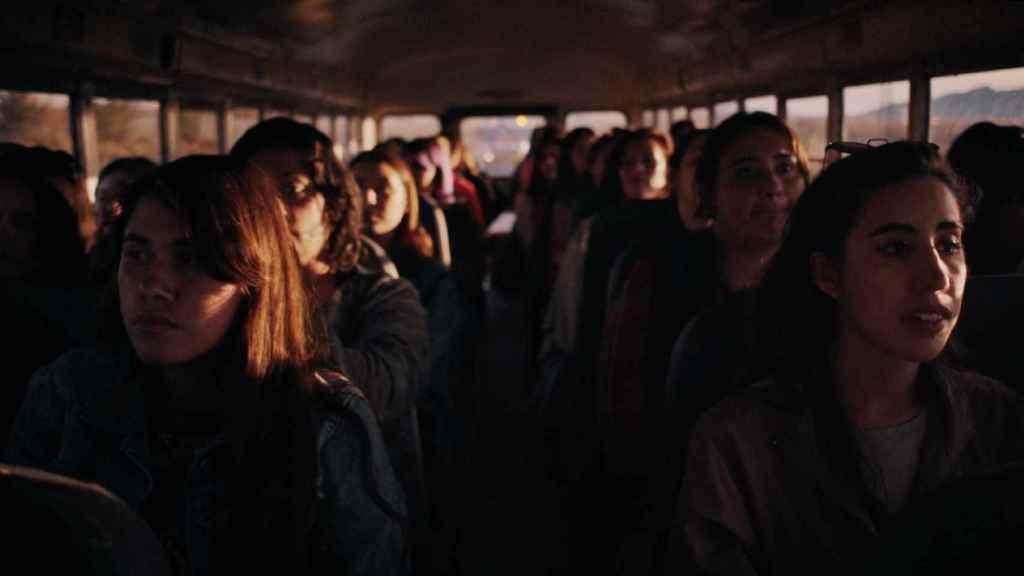 Grupo de trabajadoras en camino a la maquila en Ciudad Juarez.