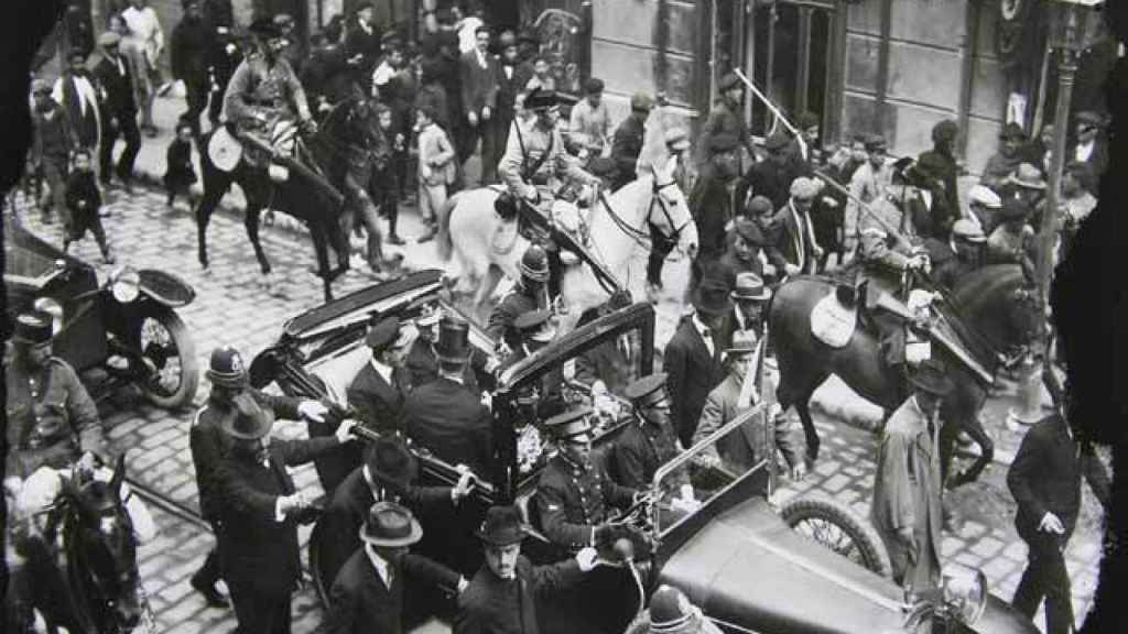 Alfonso XIII de visita oficial en Cartagena, acompañado dentro de su coche por el alcalde cartagenero, Alfonso Torres.