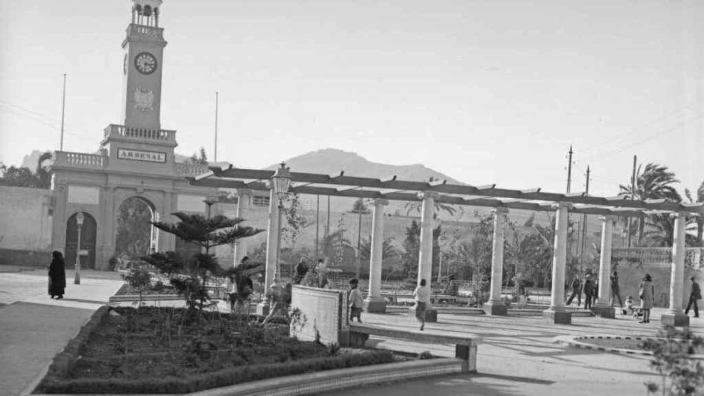 La Plaza del Rey que está frente a la entrada al Arsenal por la que accedió en coche Alfonso XIII.