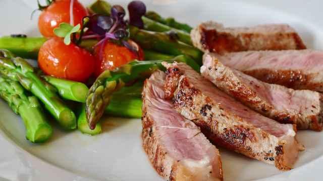Un plato compuesto por vegetales y proteína animal.