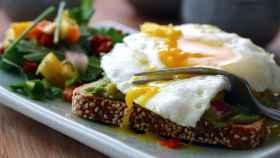 Tostadas de aguacate y huevo como desayuno.